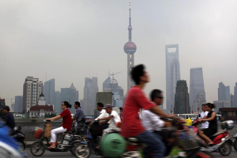 Pendolari nel centro di Shanghai, Cina, luglio 2009