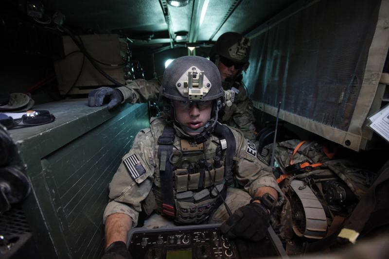Un soldat américain utilisant un robot dans la province de Logar, dans l'est de l'Afghanistan, en novembre 2011.