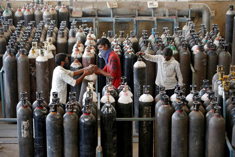 Peoplerefill oxygen cylindersin Ahmedabad, India, April 2021