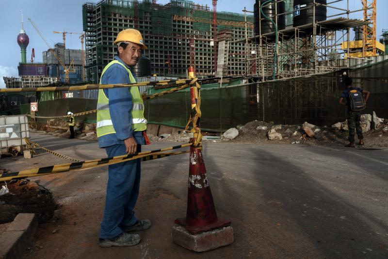 Un trabajador de la construcción chino en Colombo, Sri Lanka, junio de 2018