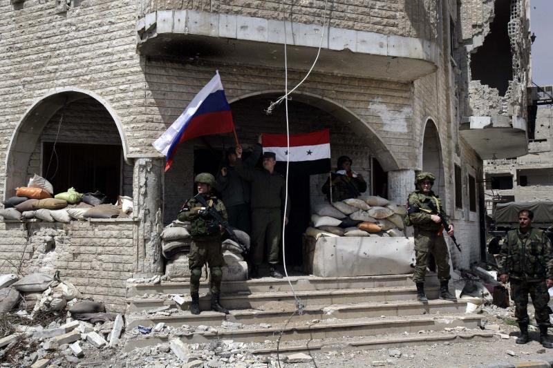 Syrian and Russian soldiers outsideDamascus, April2018