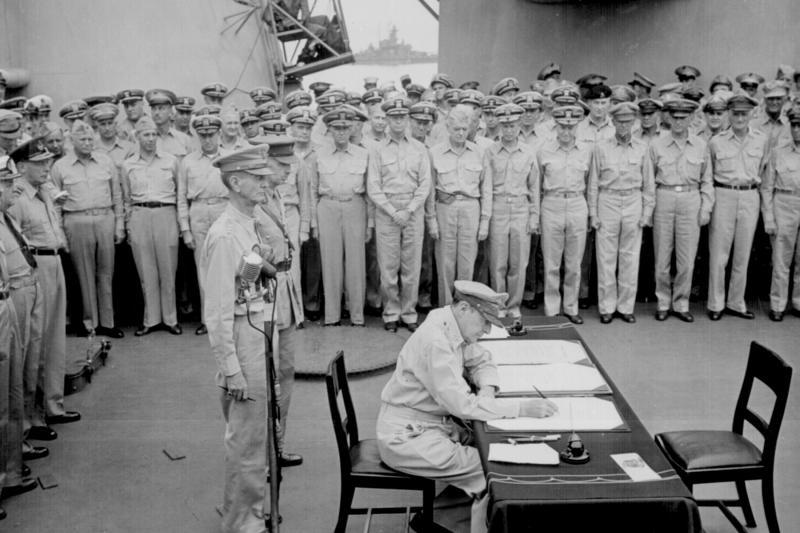 MacArthur signs Japan's formal surrender in Tokyo Bay, Japan,1945