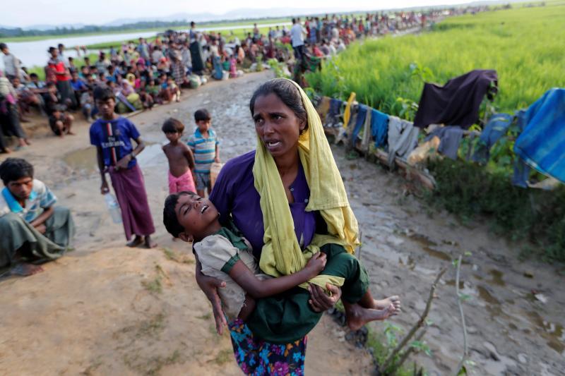 Rohingya refugees en route torefugee camps in Palang Khali, Bangladesh October2017