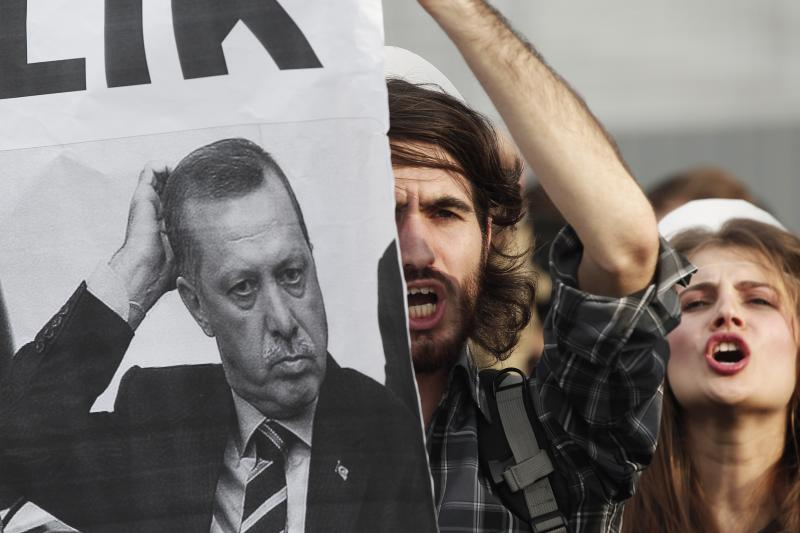 University students shout anti-government slogans during a protest against Turkey's High Education Board in Istanbul, November 6, 2013.
