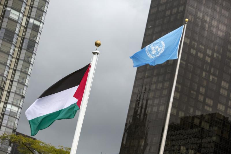 The Palestinian flag flies beside the flag of the United Nations after being raised by Palestinian President Mahmoud Abbas in a ceremony during the United Nations General Assembly at the United Nations in Manhattan, New York September 30, 2015.