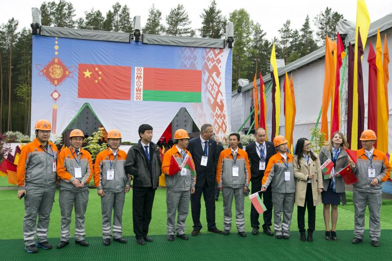 Chinese employees with Lukashenko and Xi Jinping at an industrial park in Belarus