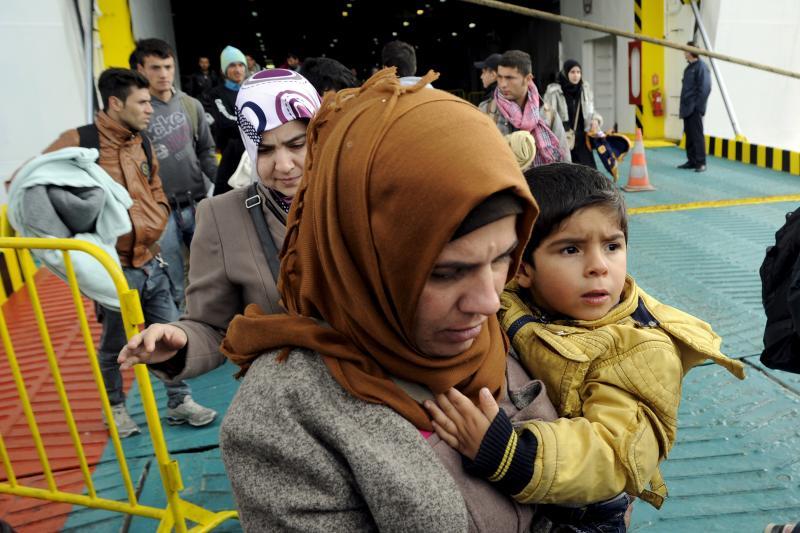 Refugees and migrants disembark the Eleftherios Venizelos passenger ship at the port of Piraeus, near Athens, Greece, November 1, 2015.