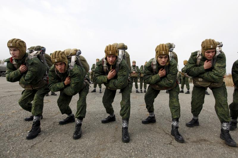 Conscripts, willing to join Russian airborne forces, train before boarding a plane during parachute jumping military exercises outside the southern city of Stavropol, Russia, October 29, 2015.