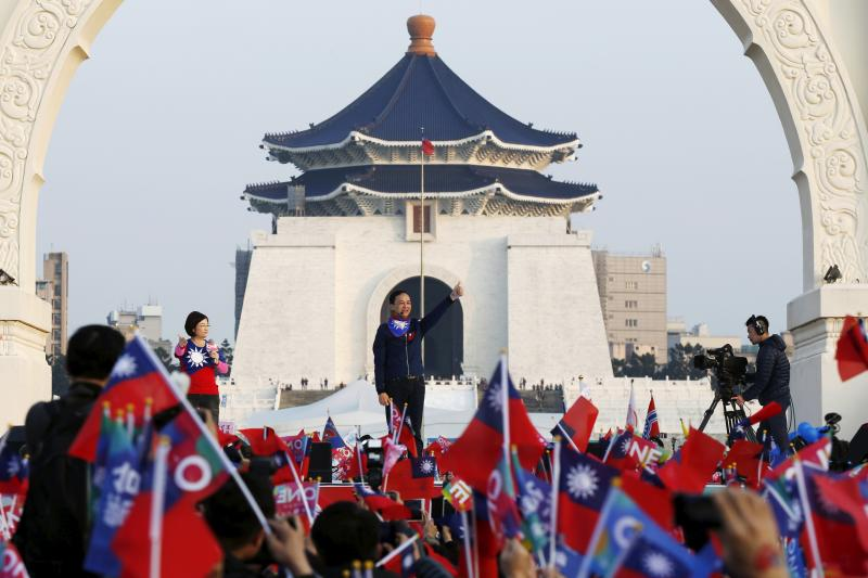 Taiwan's ruling Nationalist Party, or Kuomintang (KMT), chairman and presidential candidate Eric Chu (C) gestures during a rally ahead of Taiwan's election on January 16 in Taipei, January 9, 2016.