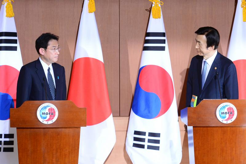 """Japanese Foreign Minister Fumio Kishida (L) and his South Korean counterpart Yun Byung-Se at a joint press briefing in Seoul, December 2015.  The two countries announced a deal on the historic issue of South Korean """"comfort women"""" on December 28, 2015."""