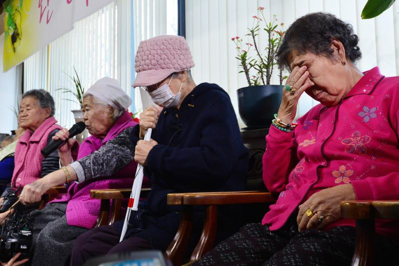 """Former South Korean """"comfort woman"""" Lee Ok-sun speaks at a news conference at the """"House of Sharing,"""" a special shelter for former comfort women, in Gwangju, South Korea, December 2015."""