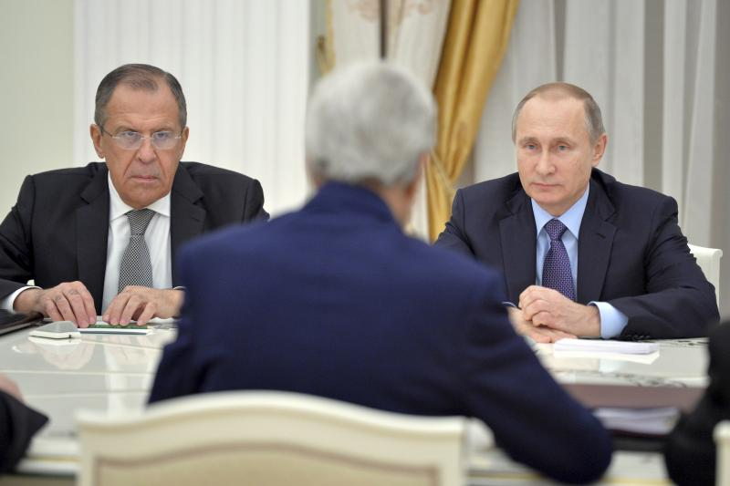 Russian President Vladimir Putin (R), Foreign Minister Sergei Lavrov (L) and U.S. Secretary of State John Kerry attend a meeting at the Kremlin in Moscow, Russia December 15, 2015.
