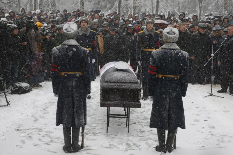 Members of an honor guard stand at attention next to the coffin holding the body of Oleg Peshkov, a Russian pilot of the downed SU-24 jet, during a funeral ceremony at a cemetery in Lipetsk, Russia, December 2, 2015.