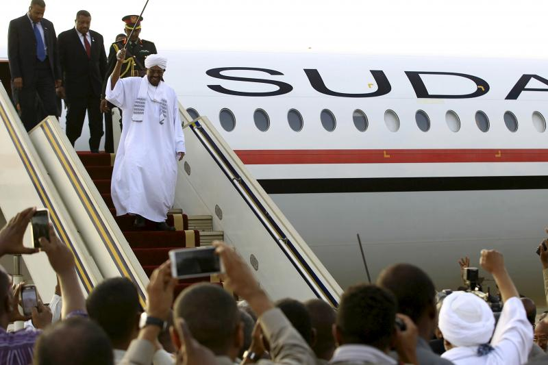 Sudanese President Omar al-Bashir disembarks from the plane, after attending an African Union conference in Johannesburg South Africa, at the airport in the capital Khartoum, Sudan June 15, 2015.