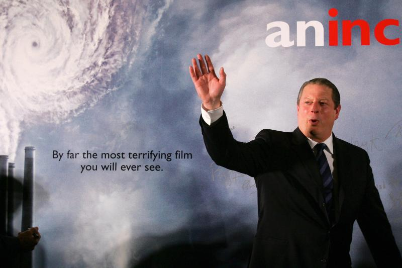 """Former U.S. Vice President Al Gore waves during the Premiere of the documentary """"An Inconvenient Truth,"""" in Hong Kong September 12, 2006."""