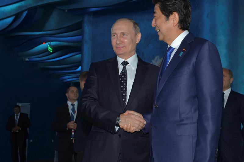 Russian President Vladimir Putin (L) and Japanese Prime Minister Shinzo Abe visit an oceanarium on Russky Island before attending the Eastern Economic Forum in Vladivostok, Russia, September 3, 2016.