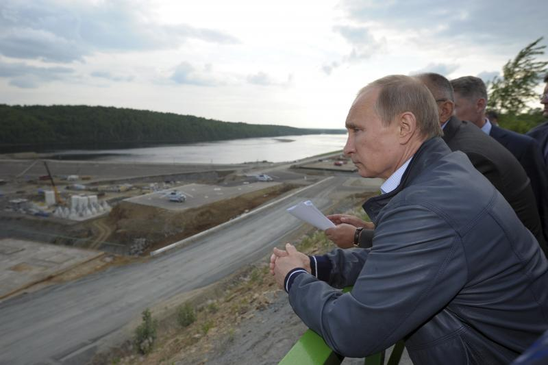 Russian President Vladimir Putin visits the Nizhne-Bureiskaya hydro-electric power plant in the Amur region May 22, 2014.