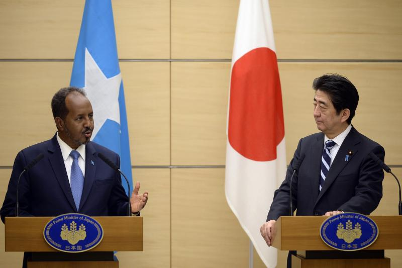 Somalian President Hassan Sheikh Mohamud and Japanese Prime Minister Shinzo Abe in Tokyo, March 2014.