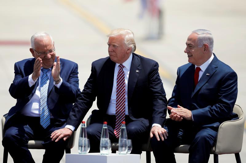 Donald Trump sits with Israeli Prime Minister Benjamin Netanyahu (R) and President Reuven Rivlin in Tel Aviv, May 2017.
