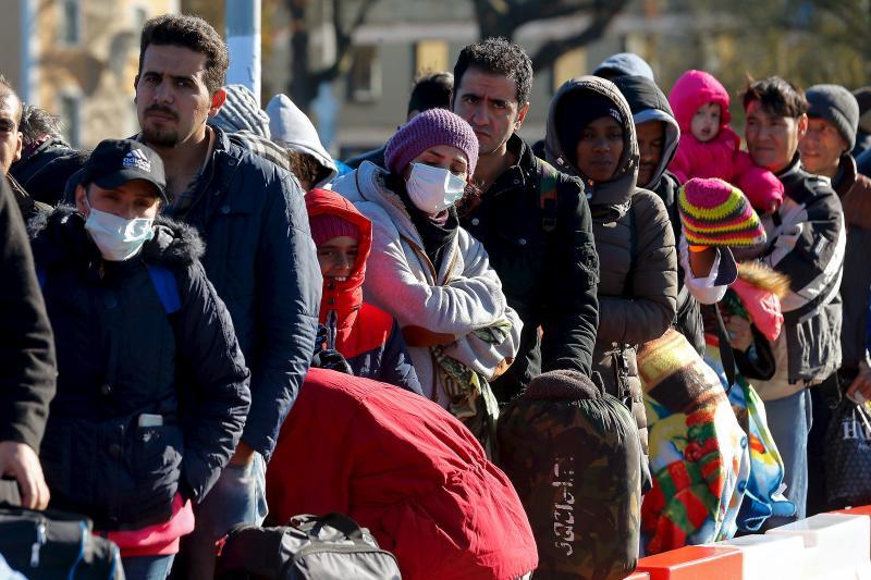 Migrants queue at a bridge on the German-Austrian border, November 2015