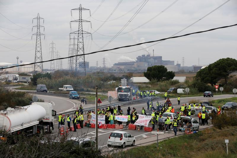 Yellow vest protesters at a roadblockin Fos-sur-Mer, November 2018