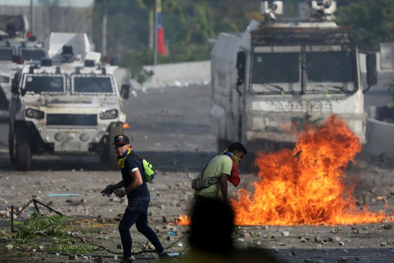 Protesters and security forces clashing in Caracas,May2019