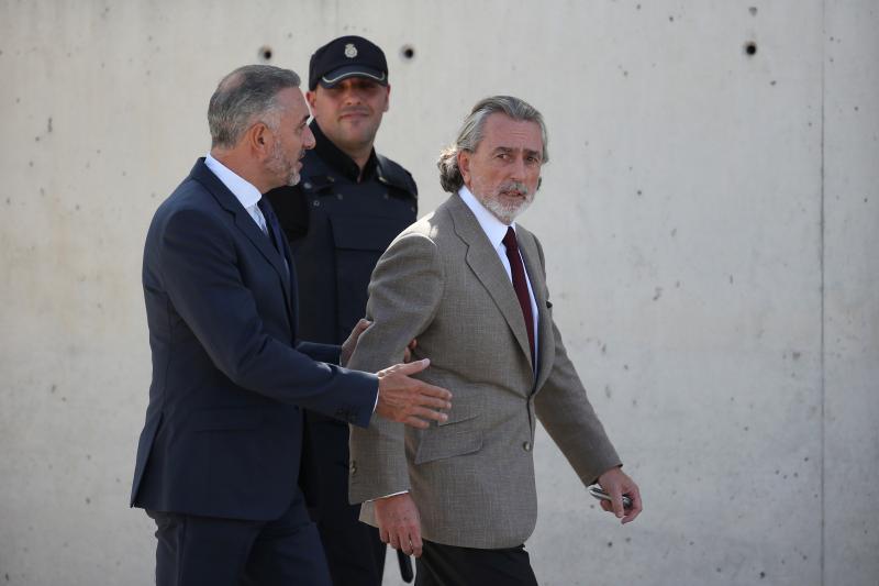 Francisco Correa, a central figure in the Gürtel corruption case, outside a court near Madrid, October 2016