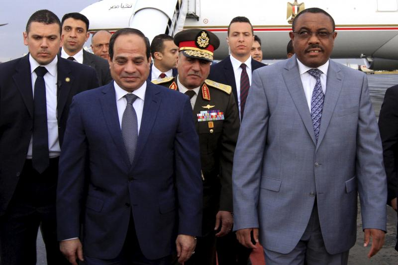 Egyptian President Abdel Fattah al-Sisi is welcomed by Ethiopian Prime Minister Hailemariam Desalegn.