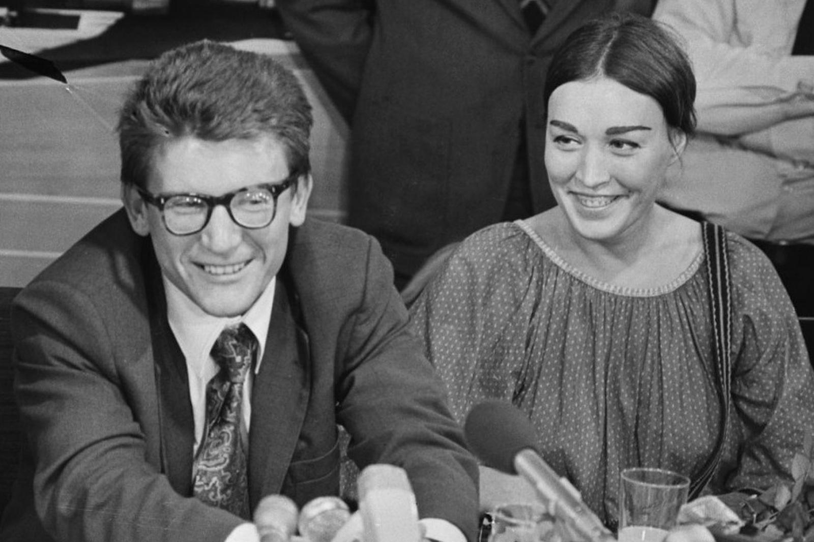 Amalrik con su esposa, la artista Gyuzel Makudinova, en una conferencia de prensa en Holanda, 1976